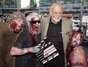 George Romero con alcuni fan vestiti da zombi