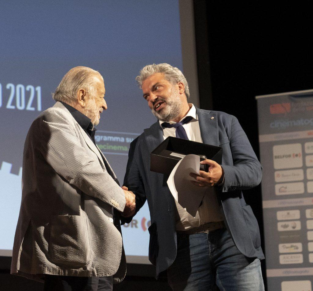 Pupi Avati premiato dall'assessore Gabriele Giottoli (foto di Karen Di Paola)